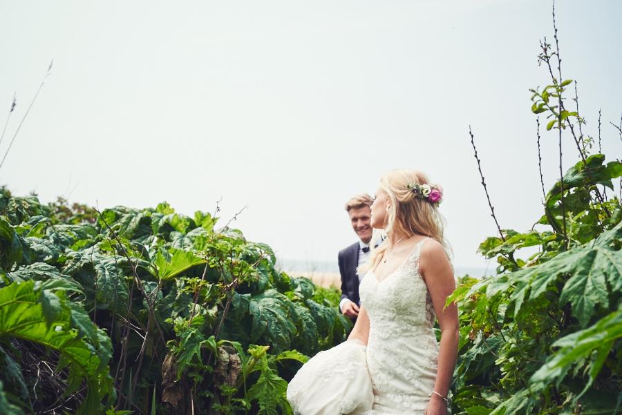 bröllopsfotograf halmstad brudpar havet